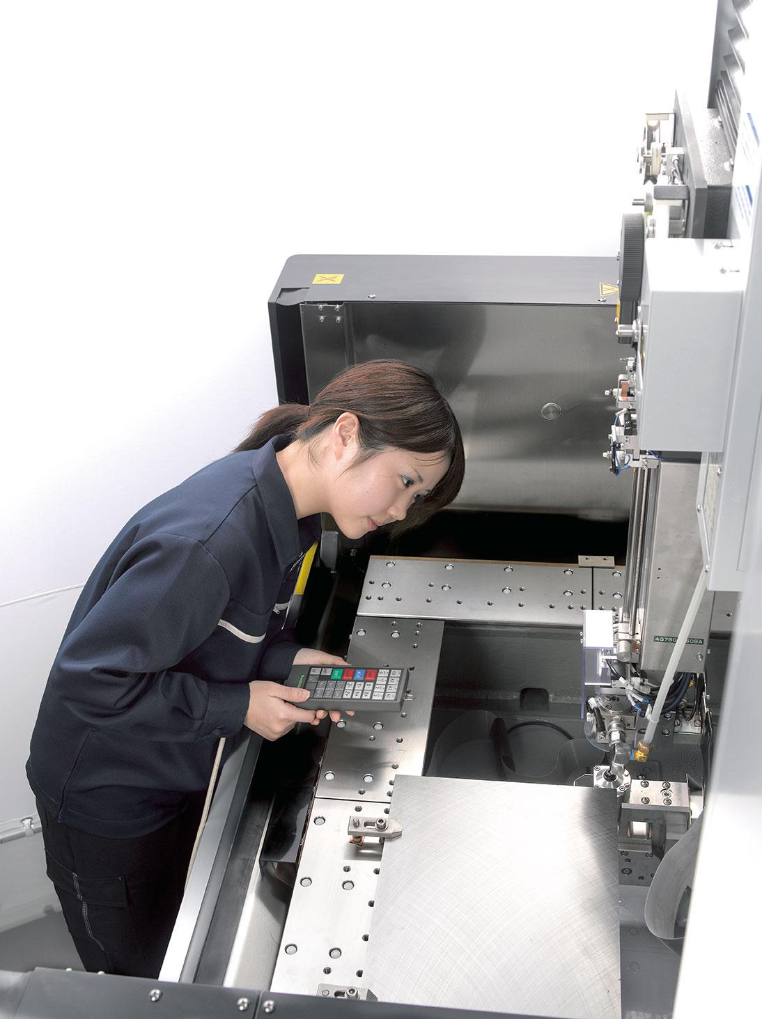электроэрозионный станок AQ900L - рабочий стол
